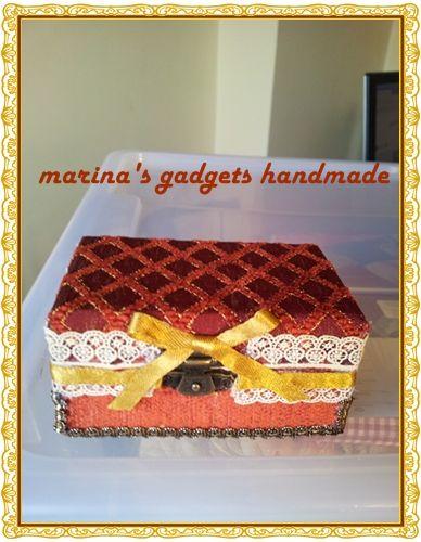 scatolina in legno decorata con stoffa, nastrino e passamaneria.