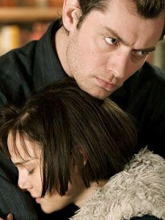 """Julia Roberts, Jude Law, Natalie Portman e Clive Owen em CLOSER - PERTO DEMAIS (Closer). 1-""""Por que o amor não é o bastante?"""",   2-""""Amo tudo em você, que até dói.""""  3-""""Mentir é a coisa mais divertida que uma garota pode fazer sem precisar tirar a roupa, mas é ainda melhor se tirar.""""  4-""""Não diga que sou muito bom pra você. Eu sou, mas não diga.""""  5-""""Dizer a verdade é o que nos diferencia dos demais animais.""""  6-""""Você é uma mulher, ela é uma menina, ela tem a beleza imbecil da juventude."""""""