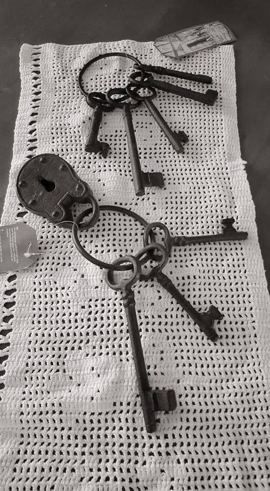 Gietijzeren bos sleutels.  De rustieke gietijzeren bos sleutels is een leuke decoratie voor in huis bijvoorbeeld aan een oude kast of dressoir maar kan ook goed buitenshuis toegepast worden bijvoorbeeld aan een schutting of tuindeur  Dit artikel is per stuk met de hand gegoten volgens eeuwenoud vakmanschap en traditie.  Materiaal: Gietijzer  Kleur: Roestbruin  Maat: Grootste sleutel ca 15cm Kleinste sleutel ca 8cm  Ring ca 10cm