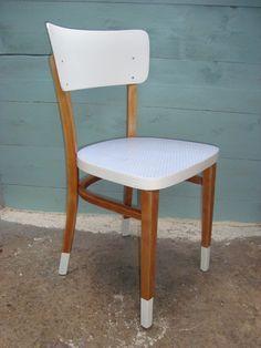 Chaise en bois avec des touches de blanc !
