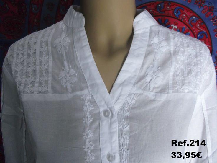 Camisa ibicenca bordada a mano de la casa Cerchio Rosso. Prendas de color blanco, confeccionadas con tejidos ligeros, y el uso de encajes, ganchillo y volantes son las principales características de esta tendencia.