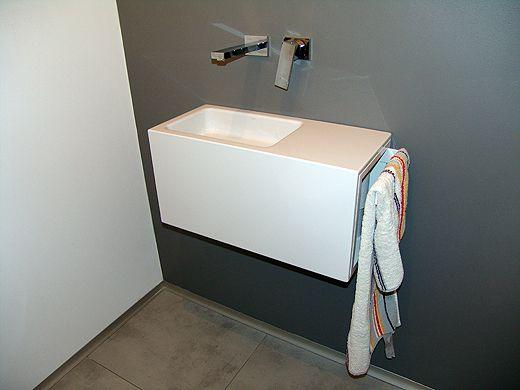In der Gästetoilette wurde die Wand hinter dem Waschbecken nun doch mit einer wasserabweisenden Latexfarbe gestrichen. Nun fehlt nur noch der Spiegel.