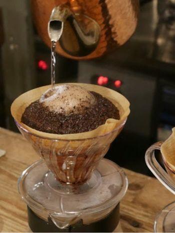 一杯ずつ丁寧にハンドドリップされた珈琲。コーヒー豆の膨らみは美味しい証拠!