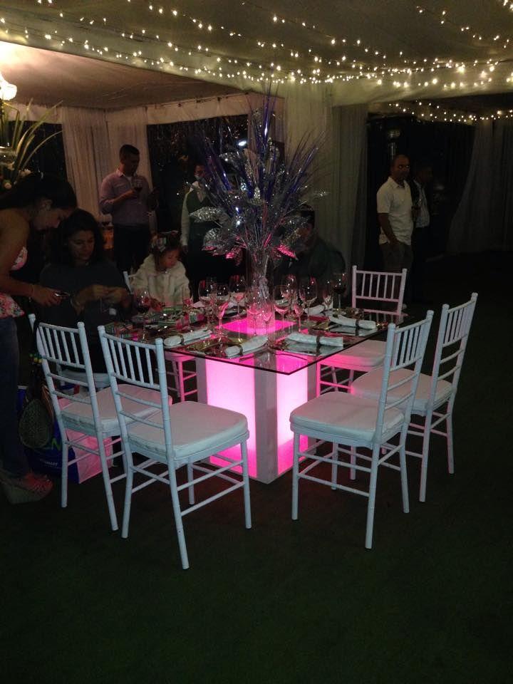 Mesa cuadrada con luz interna,sillas Tiffany Blancas.