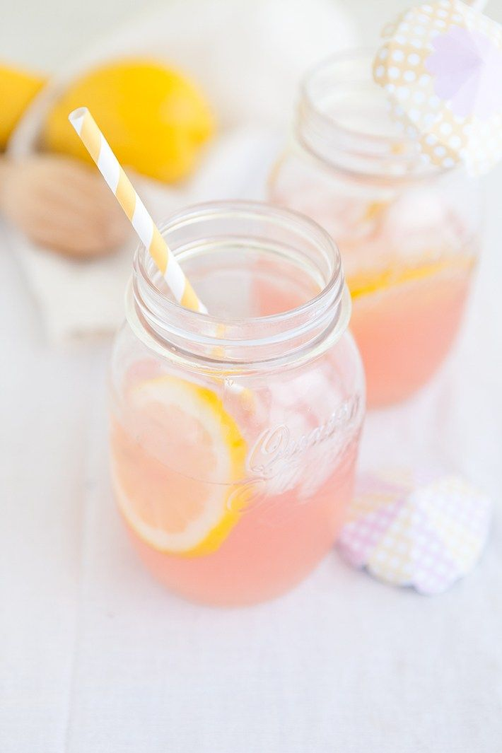Une recette facile de limonade maison rose, parfaite pour donner un petit coup de peps à n'importe quel pique nique d'été.