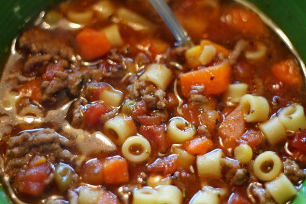 Με λίγο μοσχαρίσιο κιμά, πολλά λαχανικά και μια χούφτα ζυμαρικά σήμερα ετοιμάζουμε την κρεατόσουπα που όλους θα τους χορτάσει χωρίς να αδειάσει το πορτοφόλι. Σούπερ γιατρικό για να αποφύγετε τη γρίπη, να φροντίσετε ήδη γριπιασμένους ή να ανακτήσετε δυνάμεις αν αναρρώνετε.