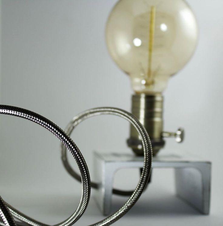 Si chiama Edison Iron White Shabby Chic la #lampada da tavolo creata artigianalmente da Elem Creative Lab. È composta da un portalampada in ferro bianco anticato, un elegante filo in trama di acciaio e una lampada, modello Edison E27 del diametro di 9,5 cm, con accensione integrata a rotella.Lo Shabby Chic, trend particolarmente apprezzato e ricercato nell'arredamento d'interni dai designer contemporanei. In vendita su www.ductilia.com/shop