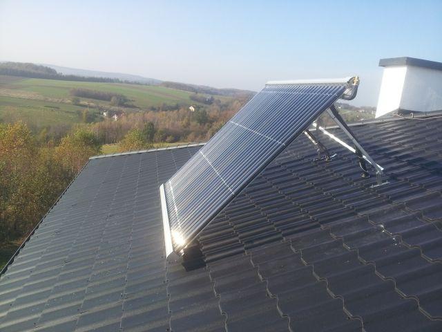 Kolektor próżniowy montaż na dachu z konstrukcją. Zestaw solarny podgrzewa wodę dla 3 osobowej rodziny. Solary ustawione pod kątem 50 st. pracują wydajnie prze cały rok. Współpracują z kotłem na paliwo stałe (węgiel, drewno). Kolektory zamontowane w domu zbudowanym w technologi bali słomianych i gliny. Rodzina prowadzi ekologiczny tryb życia przez co zastosowanie urządzeń wykorzystujących odnawialne źródła energii idealnie wpisuje się w ich sposób bycia i poszanowanie środowiska naturalnego.