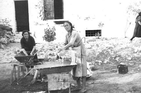 hard-working greek women...1961 plisimo skafi small.jpg (485×318)