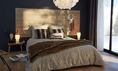 Envie d'une tête de lit en bois qui réchauffe la pièce ? Utilisez du lambris et assemblez les différentes lames entre elles pour construire votre tête de lit.
