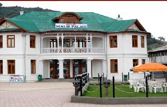 Hotel Malik Palace Located on Boulevard road opposite world famous Dal Lake. The old heritage structure constructed by the British architects in early nineties.