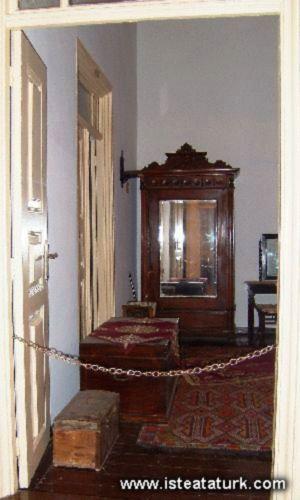 İşte Atatürk-Alanya-Atatürk evi ve Müzesi, Alanya'daki tarihi sivil mimarlık örneklerinden biridir. Evin ilk katında Kurtuluş Savaşı ve Cumhuriyetin ilk yıllarına ait Atatürk'le ilgili fotoğraflar, Atatürk'ün bazı eşyaları sergilenmektedir. İdare bölümü, kütüphane ve mutfak bu kattadır. Evin üst katı, oturma, çalışma, yatak odaları olarak eski bir Alanya evini yaşatmaktadır.