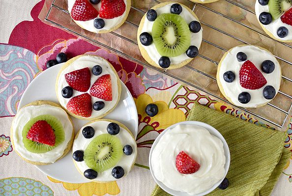Mini Fruit Pizzas with Marshmallow Creme Frosting are customizable, sweet, and delicious. The fluffy marshmallow creme frosting is reason enough to make them! #dessert | iowagirleats.com