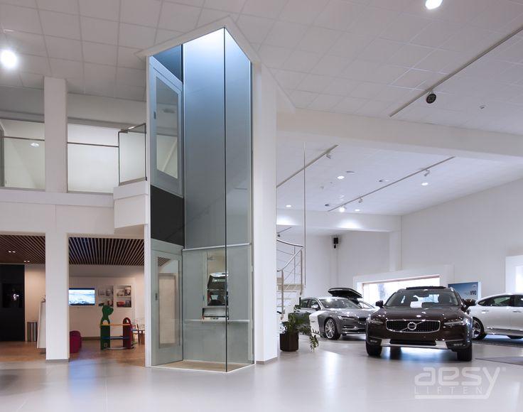 Luxe lift bij Volvo met een moderne uitstraling door de verdiepingshoge glaspanelen.