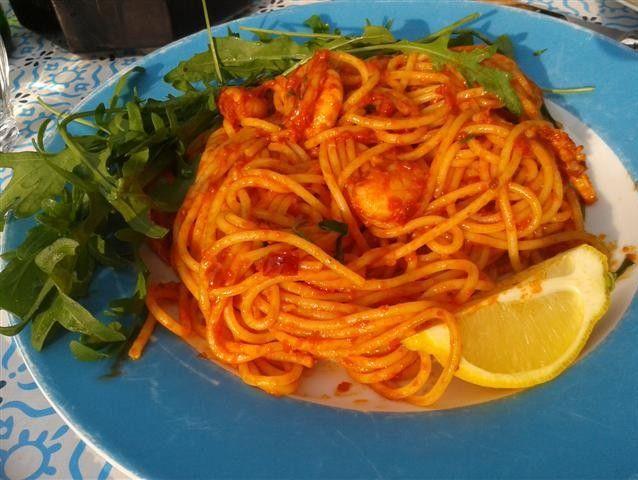 De Jamie Oliver spaghetti met garnalen en rucola! In een woord, VER-UKK-E-LIJK! Een echte aanrader, vooral als je van Italiaanse pasta's houdt! En omdat het een recept van Jamie Oliver is, lijkt het misschien moeilijk, maar het is kinderspel! Een goede reden om deze heerlijke zomerse maaltijd uit te gaan proberen! Recept bij reacties!
