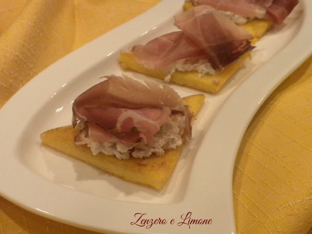 In questa ricetta le bruschette di polenta sono accompagnate da speck e da una saporita crema di noci e gorgonzola. Un finger food goloso
