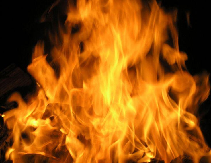 Чего нельзя делать при пожаре?  От поведения при пожаре зависит не только быстрота его тушения, но и зачастую — ваша жизнь. Но не каждый знает, как именно вести себя в такой экстремальной ситуации, и не каждый способен сохранить хладнокровие вблизи пылающего огня. Источник : http://www.saga.ru/blog/chego-nelzya-delat-pri-pozhare