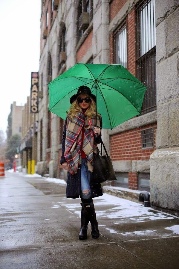 Λίγες μέρες πριν τα Χριστούγεννα, βροχή, κρύο και μες τη μέση εσύ μικρή μου fashionista που θες να είσαι και στυλάτη και να μην γίνεις και παπί.Τι κάνεις; Διαβάζεις το καινούριο post στο blog μου φυσικά! http://urbanmademoiselle.blogspot.gr/…/12/raining-again.html