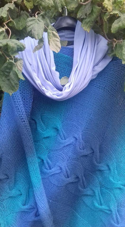 """Ponczo """"Sen Sedny"""". Wełna Aade Long estońska Aqua. Mój ulubiony morski kolor. Morski jak bogini Sedna. Jeszcze do niego komin dorobię. Ale ponczo już gotowe. #wilczeszepty #wilcze_szepty_art #kauni #aadelong #aqua #knitting #włóczkomania #druty #handmade #poncho #shawl #dziana_banda #dziergambolubię"""