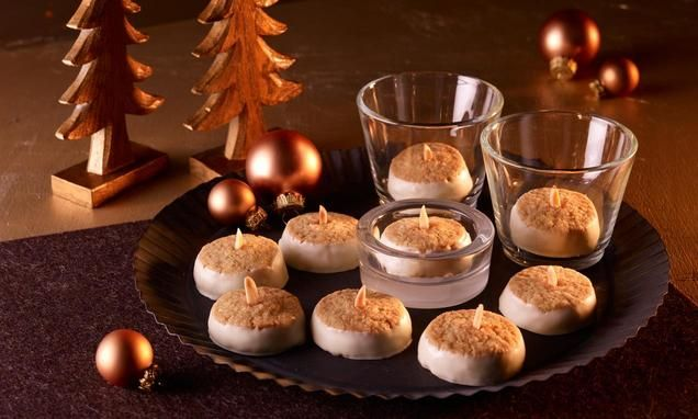 Mürbe Mandel-Dinkel-Plätzchen mit weißer Schokolade für die Kaffeetafel