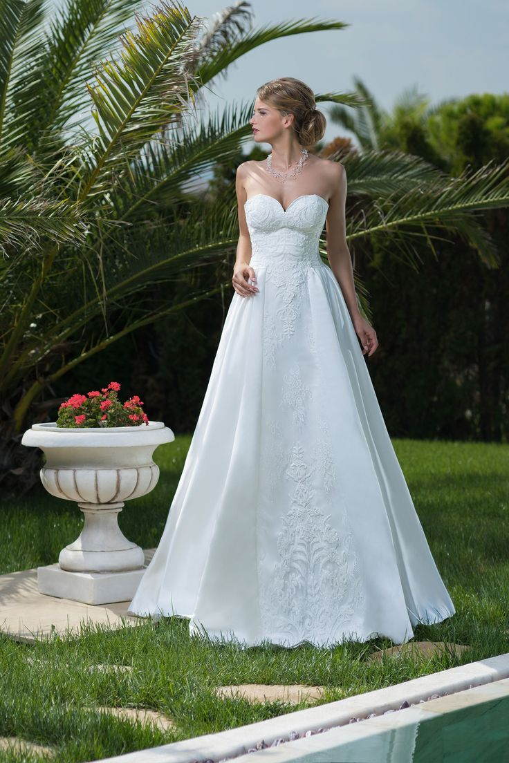 Krásne svadobné šaty so srdiečkovým výstrihom