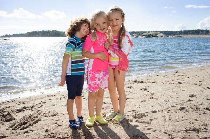 584415 581509 582478 581510 Friends at beach