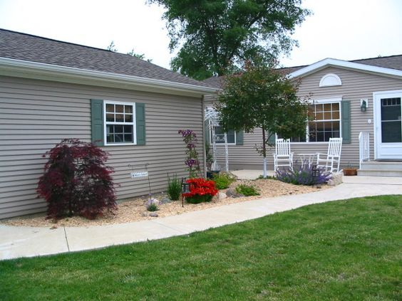 mobile home lot landscaping | One of the best landscaping ideas for mobile homes is tolandscape the ...