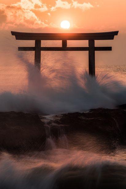 k641739021:  (via GANREF | 荒ぶる魂)    Shinto torii at sea edge. Japan