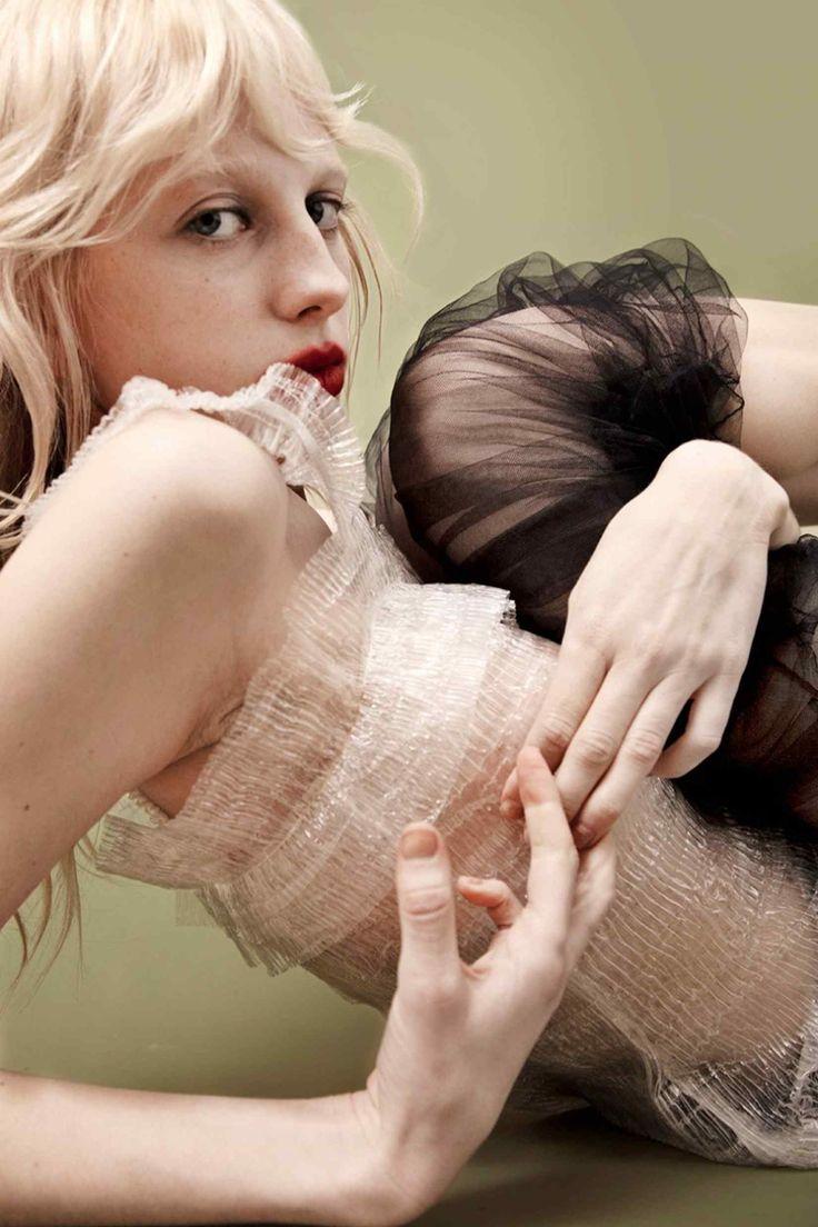 Amanda Charchian. Suki Waterhouse, Vogue Russia. [Pinned 19-x-2016]