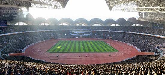 Está ubicado en la ciudad de Pionyang, Corea del Norte, y cuenta con una capacidad de 150 000 espectadores.1 Tiene múltiples usos, pues cuenta con pista de atletismo y campo de fútbol. En este estadio juega la selección de Corea del Norte.