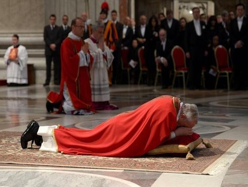 """""""La figura roja y blanca del Papa, con sus muy visibles zapatones negros, se refleja en el piso de mármol pulido como un espejo. Irrespetuosa, pero inevitablemente, uno piensa en el mito de Narciso que se mira y se admira en su reflejo del estanque""""."""