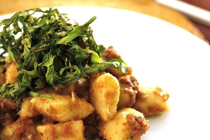 Nhoque de batata-doce com pesto de manjericão e linguiça (e couve crocante)