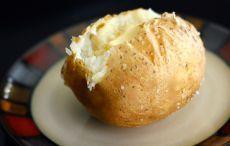 Запеченный в фольге картофель: хитрости идеального приготовления     Картофель запеченный в фольге — идеальный гарнир для гриля. Сложно сказать, чего тут больше — пользы или вкуса. В картофеле, запеченном в фольге, сохраняется большинство витаминов и микроэлементов…