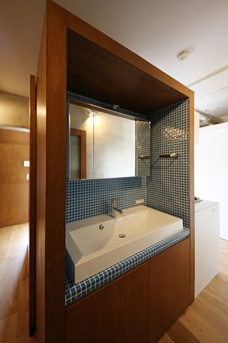タイル「ART MOSAIC22.5(アートモザイク施釉22.5角)」/////<p>キッチン裏に作ったブース型の洗面台。ブラウンとブルーの組み合わせがちょっとレトロ。</p>