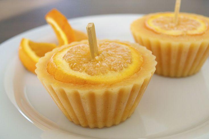 Homemade oranje-ijsjes van sinaasappel, kaneel en Griekse yoghurt