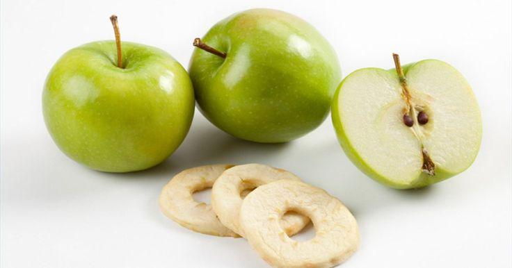 Cómo hacer manzanas deshidratadas. Las manzanas deshidratadas son un bocadillo saludable que puede guardarse y volver a hidratar para usar en tartas, compota de manzana y pasteles. Ten en cuenta que 1 taza de manzanas deshidratadas rinde 1 1/4 tazas de manzanas cocidas.