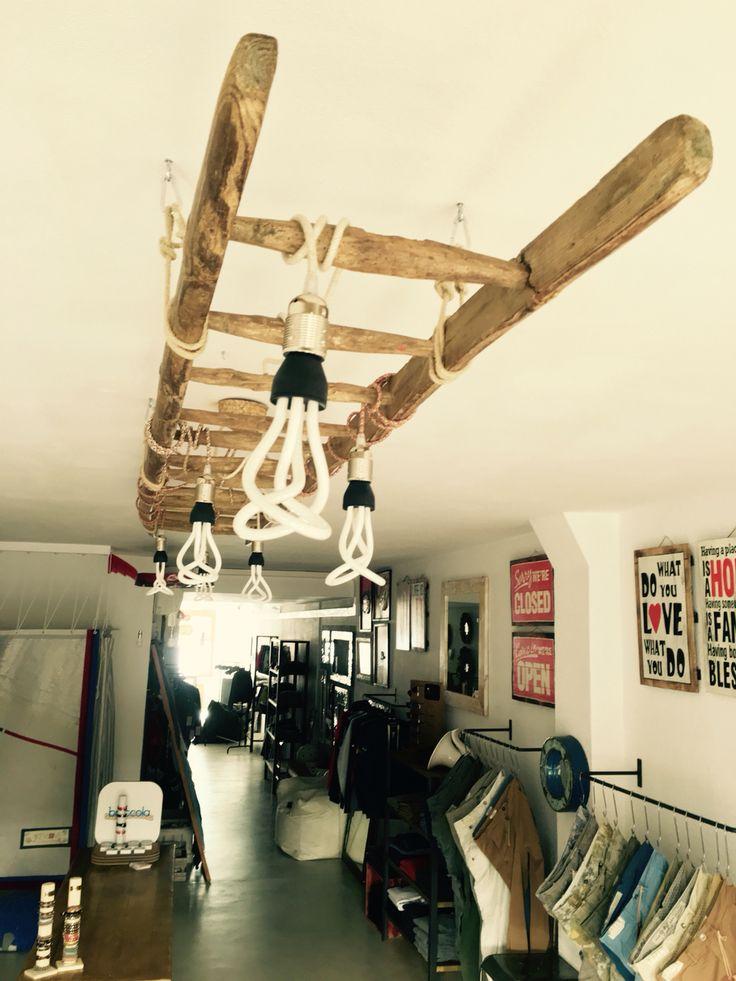 Antica scala utilizzata per creare una lampada con lampadine Plumen