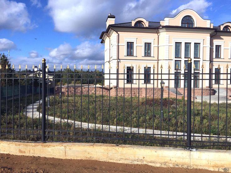 Фасадный забор пусть будет нарядным, а боковой и тыльный хотелось бы видеть, простым и совсем недорогим. Поможете? - Пожалуйста!  #заборы #металлические на #metalmade