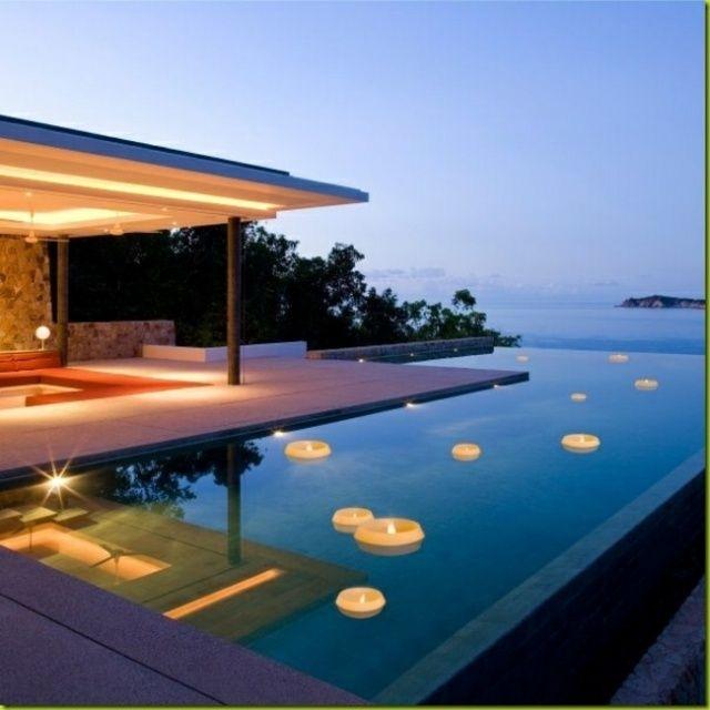 une piscine extérieure magnifique avec des bougies flottantes