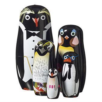 Den charmiga lilla Penguin Family kommer från Superliving och är tillverkad i målat trä. Pingvinerna kommer i ett set om fem delar som är staplade i varandra. De härliga pingvinerna passar utmärkt att ge bort som en present till de små men fungerar även som en fin inredningsdetalj.