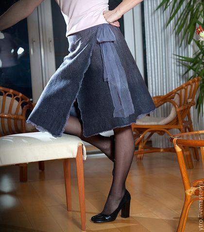 Под юбками на работе