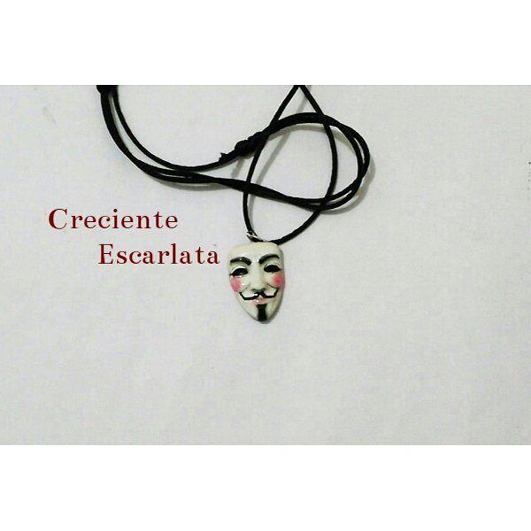 Collar de la máscara de V de V de Vendetta. Material: Porcelana fría con resina a de gemelos. Técnica: Modelado Encargo Precio: 9000 Témática: novela gráfica, cine, distopía  Interesados acá les dejo mi whatsapp 319 277 21 13 #distopia  #film #novelagrafica  #comic #alanmoore  #v #vdevendetta  #necklaces  #máscara #anonymous  #anonymousmask  #collar #handmade #artesnal  #manualidades  #vdevenganza  #crecienteescarlata  #craft  #minisculpture  #escultura  #modelado  #miniescultura…