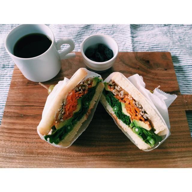 キングジョージ風のサンドイッチを作ってみた。 もっと中身入れても良かったかも(๑´ڡ`๑)  そして美味しい黒豆の甘納豆。 - 32件のもぐもぐ - キングジョージ風野菜サンド by Miz