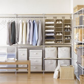 こちらは、多目的収納スペースです。 壁一面に置かれたスチールラックに、様々な形の収納ボックスや収納アイテムを合わせています。 家族全員分の洋服が、ここに集約可能な程のスペースの広さを感じられる、無印良品ならではのインテリア術です。