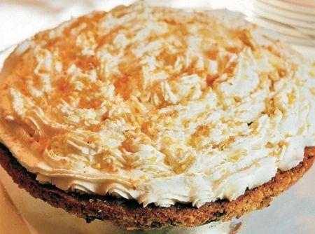 Receita de Torta de Chocolate com Praliné - torta e polvilhe com o... 2 xícaras (chá) de avelã torrada, 1 xícara (chá) de acúcar, 100g de chocolate amargo picado grosso, 1 colher (chá) de extrato de baunilha, 4 ovos separados, 1 colher (chá) de sal, 1/2 xícara (chá) de açúcar, 6 colheres (sopa) de manteiga, 2 xícaras (chá) de creme de leite fresco, 1/2 xícara (chá) de licor de avelã