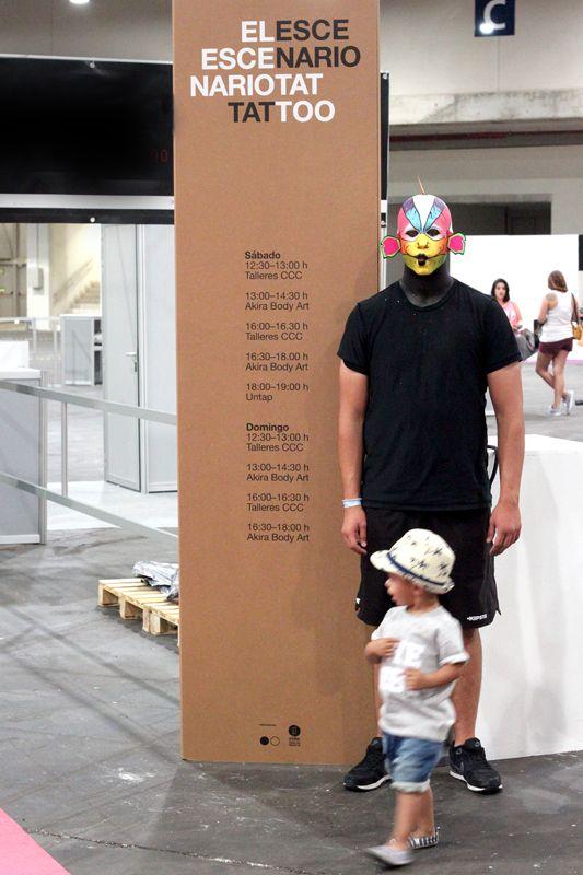 Tótem triangular autoportante en cartón color kraft con impresión personalizada, 100% reciclable. Poco peso y fácil montaje. Señalización de espacios en ferias. #cardboard #cartón #eventos #mulafes2015 #totem #eco