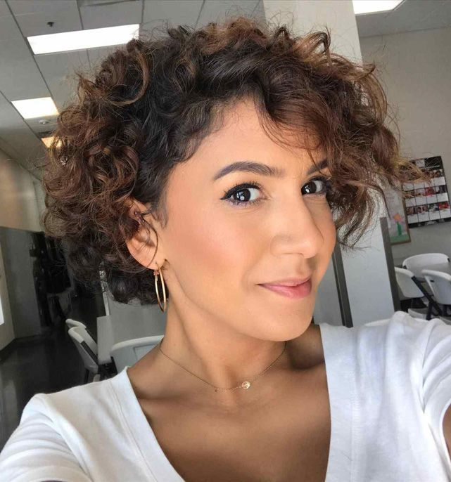 Erstaunliche Kurze Frisuren Naturliche Locken Frauen Erstaunliche Kurze Frisur In 2020 Kurzhaarfrisuren Kurzhaarfrisuren Damen Naturlocken Kurzhaarfrisur Locken