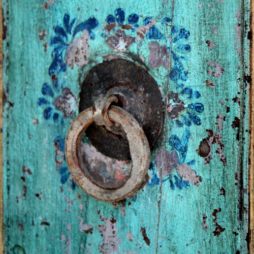 Love the detail on this painted turquoise door, including the rustic hardware #pull #vintage #antique