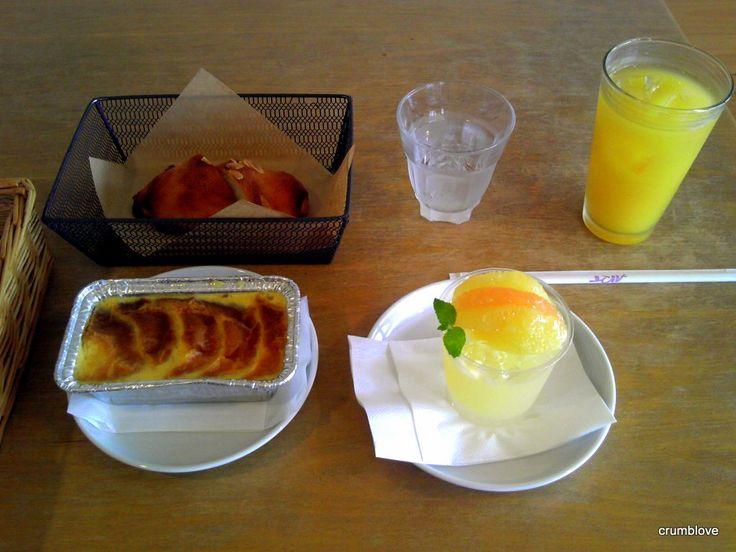 -コパンからです!アールモンドクロワッサンとパンペルデュとグレープフルーツゼリーとオレンジジュースです!