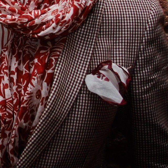 Пришла весна, а значит самое время задуматься о легких льняных и шелковых плетеных галстуках, шарфах и платках. На фото итальянский хлопковый шарф и нагрудный платок ателье Petronius 1926. По качеству кроя и объему ручной работы платки и галстуки не уступают таким более известным брендам как Brioni, E.Marinella или Drakes. Галстуки ателье Petronius 1926 представлены в старейших универмагах Нью-Йорка Barneys и Bergdorf Goodman. В нашем онлайн-бутике вы можете приобрести шелковые, шерстяные и…